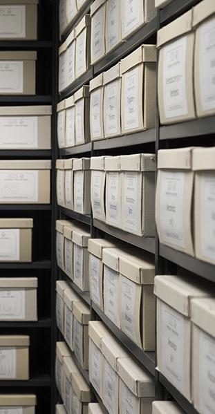 Archivboxen in Regalen erhalten die Unterlagen für die Zukunft.