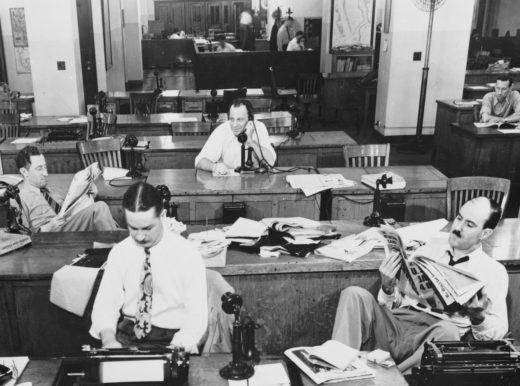 Männer in Hemden und mit Krawatten. in einem Büro, 1920er Jahre